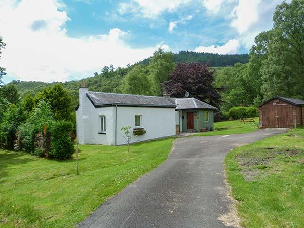 THE SHEILING, woodburning stove, zip/link beds, garden with furniture, near Callander, Ref 912475 - Image 1 - Callander - rentals