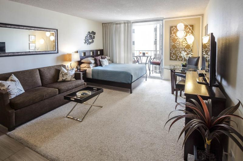 Large beautifully upgraded and fully furnished studio with everything you need - Free Parking/Internet-Full Kitchen-1 Blk to Beach! - Honolulu - rentals
