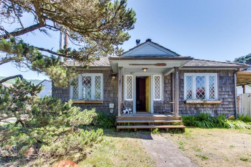 Bright, dog-friendly cabin w/ entertainment & easy beach access! - Image 1 - Rockaway Beach - rentals