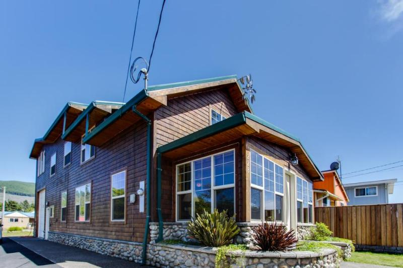 Charming, well-appointed home just 1 block from town and beach! - Image 1 - Rockaway Beach - rentals