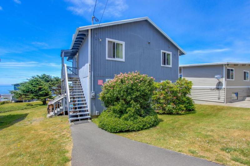 Beautiful home w/ ocean views, room for 11, huge patio! - Image 1 - Lincoln City - rentals