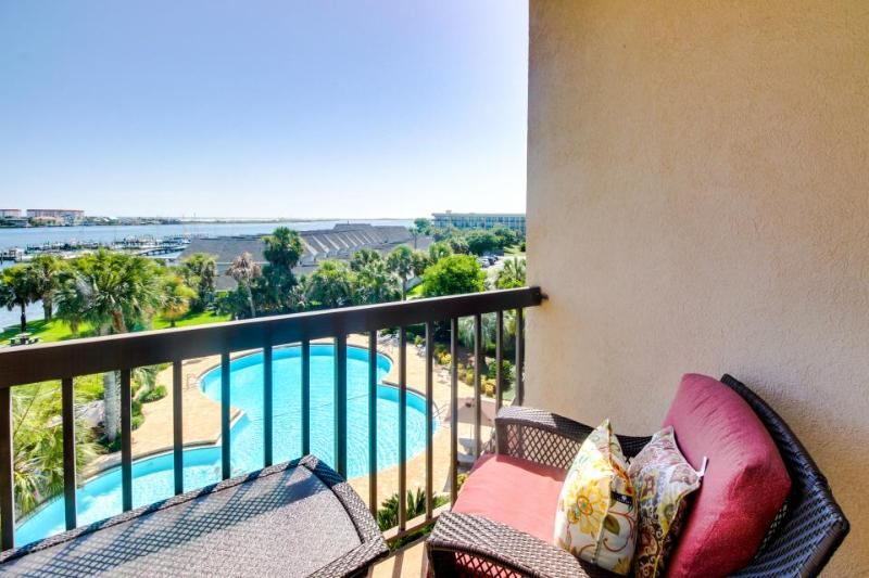 Cozy studio on the Santa Rosa Sound with a deck and shared swimming pool! - Image 1 - Fort Walton Beach - rentals