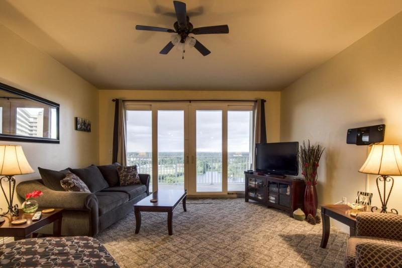 Lakeview condo w/shared pools, beach across the street! - Image 1 - Panama City Beach - rentals