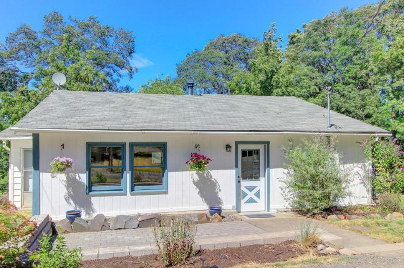 Cute, spacious, dog-friendly cottage with mountain views & deck - Image 1 - Hood River - rentals