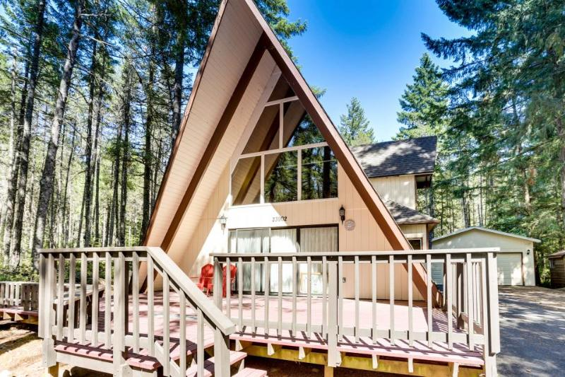 Lovely cabin in tranquil setting w/ private hot tub, nearby ski access -dogs ok! - Image 1 - Welches - rentals
