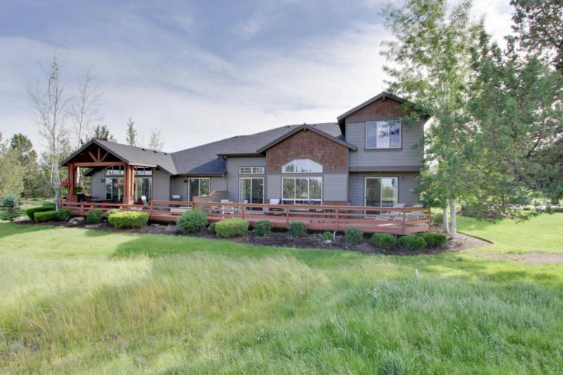 Amazing resort home w/golf course views & expansive deck + shared pool, hot tub - Image 1 - Redmond - rentals