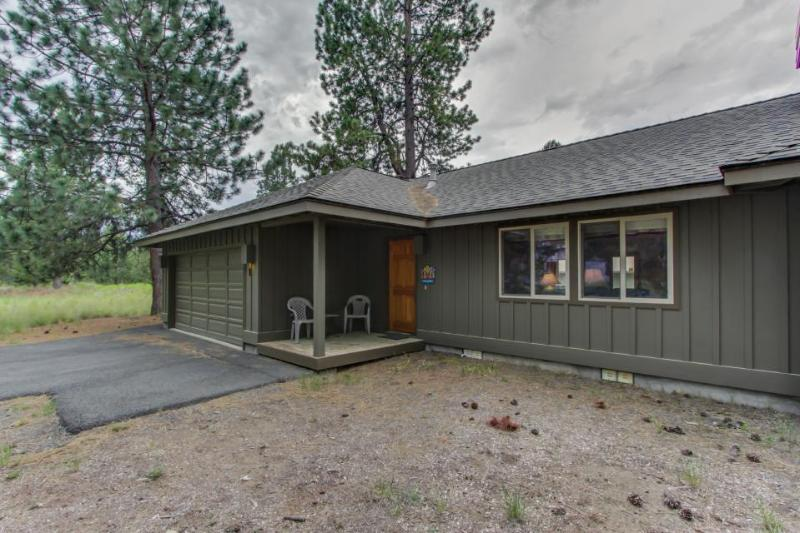 Comfy home w/ private hot tub, shared pool, large backyard, & SHARC passes - Image 1 - Sunriver - rentals