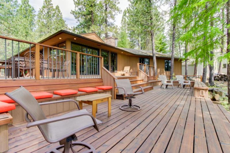 Resort amenities like a pool & hot tub with 3-tier decks & golf course views! - Image 1 - Black Butte Ranch - rentals