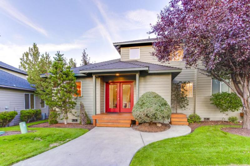Charming townhome w/ private hot tub, on-site golf, and shared pool & sauna! - Image 1 - Redmond - rentals