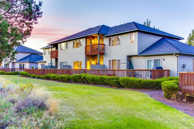 Lovely townhome w/golf course views & shared pool and hot tub! - Image 1 - Redmond - rentals