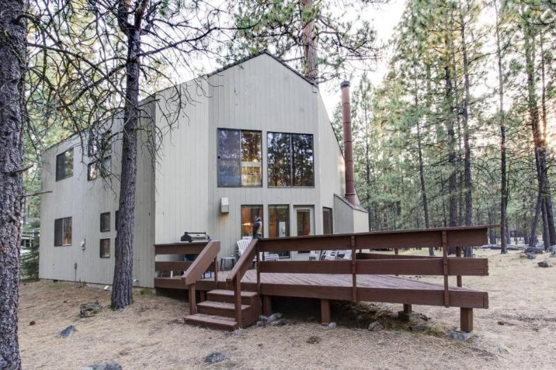 Wonderful lodge in the woods w/ WiFi, shared pool & hot tub - Image 1 - Black Butte Ranch - rentals