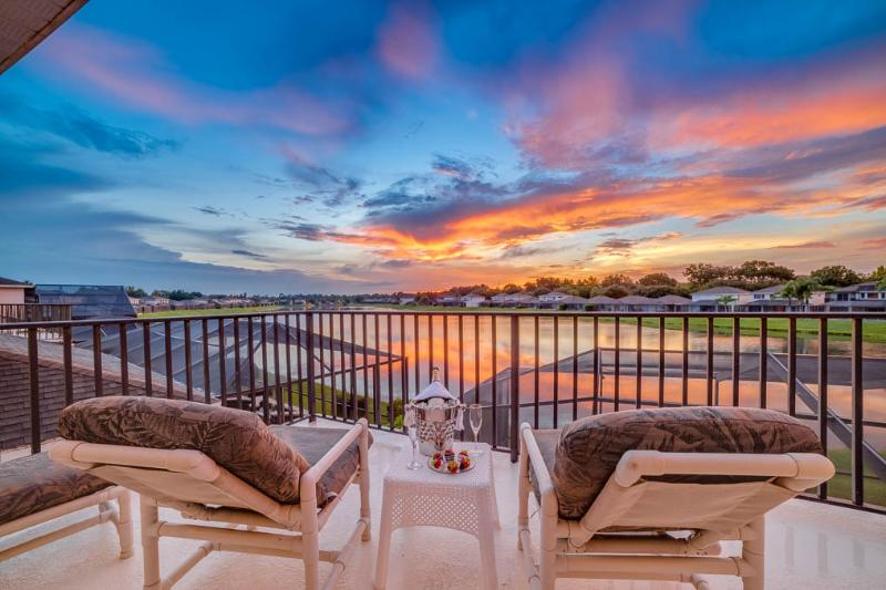 Beautiful Sunset Lakes - Wow! 5 Bed Lakeside, 4 Miles 2 Disney with Hot Tub - Kissimmee - rentals