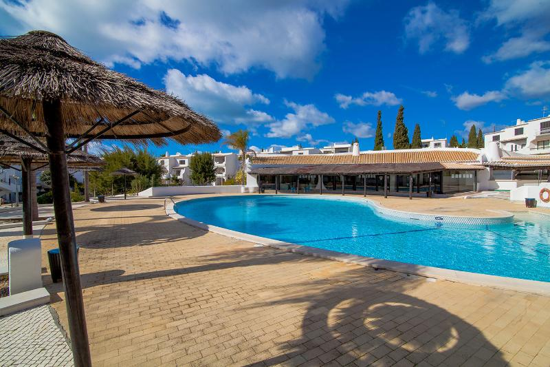 Beautiful flat with pool and 5 min walk to beach - Image 1 - Albufeira - rentals