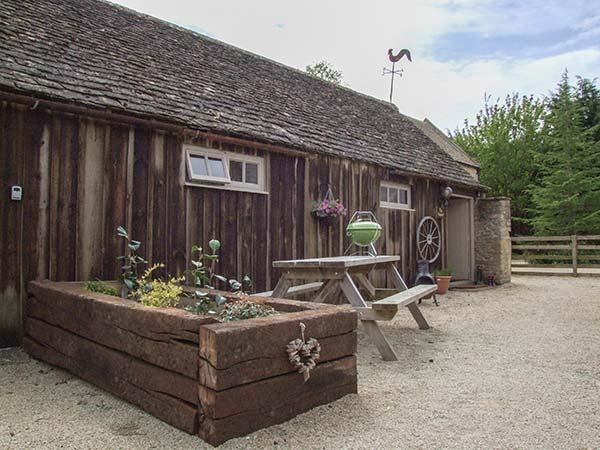 HENLOFT, barn conversion, parking, shared courtyard, indoor heated pool, in Cirencester, Ref 31095 - Image 1 - Cirencester - rentals