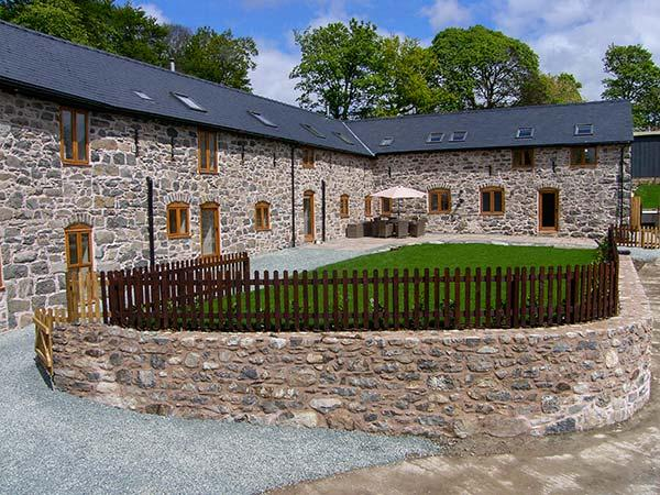 CASTELL COURTYARD, detached barn conversion, woodburner, hot tub, walks from door, family sized accommodation, near Llanrhaeadr ym Mochnant, Ref 905109 - Image 1 - Llanrhaeadr ym Mochnant - rentals
