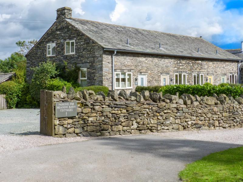 HOLLY BUSH, cosy cottage, WiFi, lawned garden, ideal for families, in Windermere, Ref 924204 - Image 1 - Windermere - rentals
