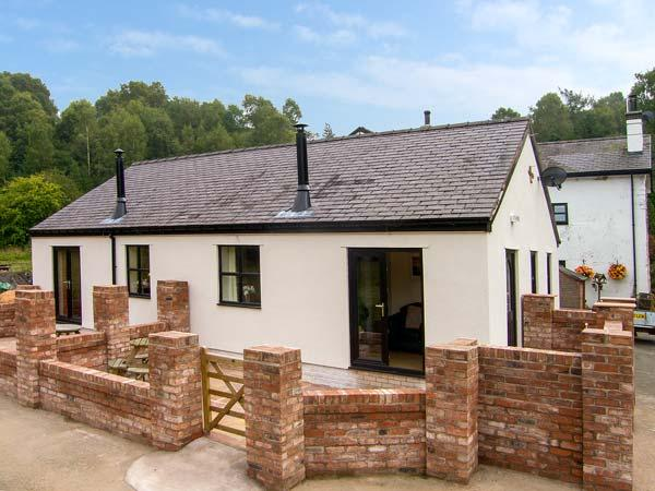ALYN VIEW, woodburner, WiFi, private patio, pet-friendly, nr Ruthin, Ref 926969 - Image 1 - Ruthin - rentals