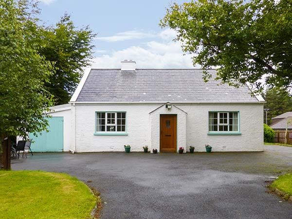 GLENVEAGH COTTAGE, detached, two sitting rooms, solid fuel stove, open fire, pet-friendly, near Letterkenny, Ref 928209 - Image 1 - Letterkenny - rentals