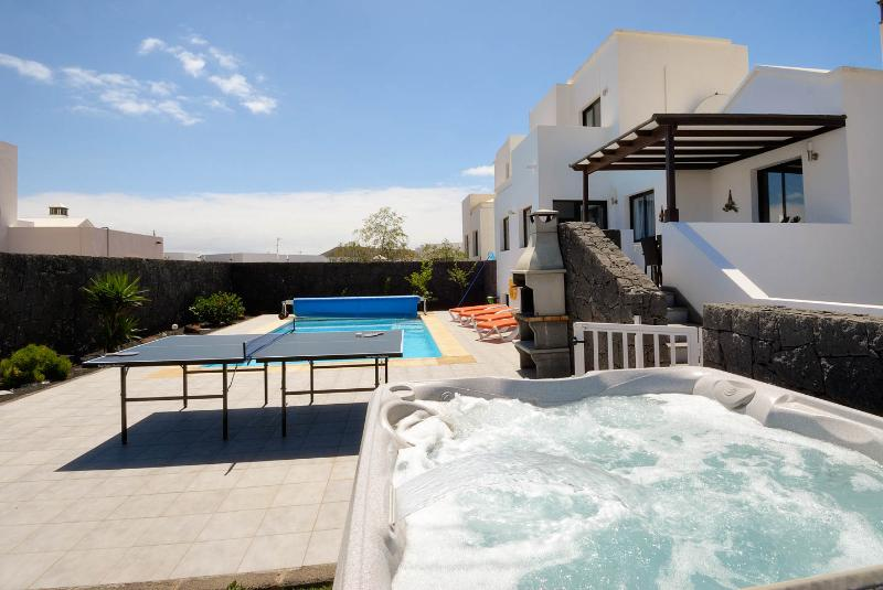 Large garden with Hot tub and table tennis, PLUS its gated. - 4/5 Bedroom Villa In PLAYA BLANCA, relax on the terrace  and watch the sunset - Playa Blanca - rentals