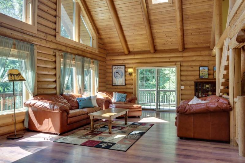 Quiet dog-friendly cabin with space for 10, private hot tub! - Image 1 - Welches - rentals