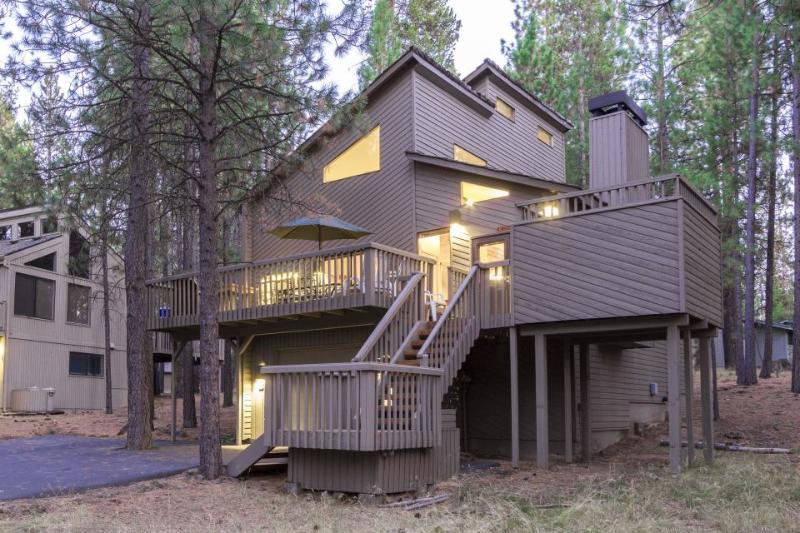 Gorgeous home w/ private hot tub & SHARC access - convenient location! - Image 1 - Sunriver - rentals