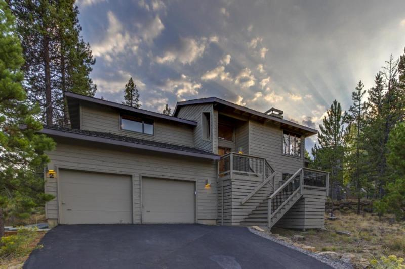 Gorgeous home w/ private hot tub, SHARC passes & entertainment - great location! - Image 1 - Sunriver - rentals