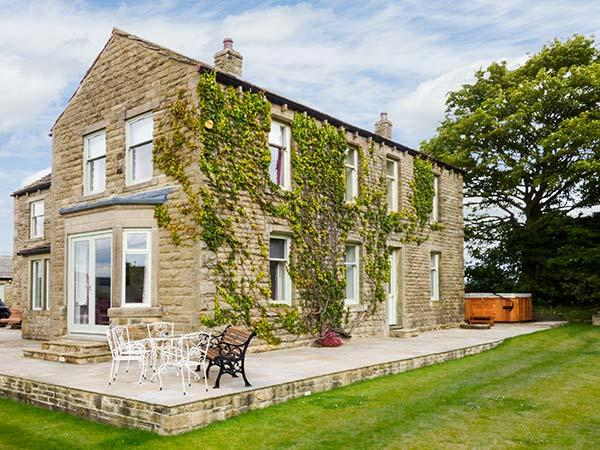CRINGLES HOUSE, hot tub, en-suite facilities, WiFi, woodburning stove, patio with furniture, near Addingham, Ref 913080 - Image 1 - Addingham - rentals
