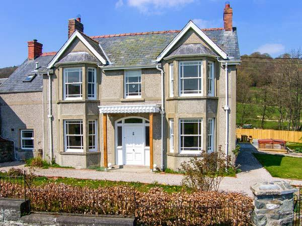 THE FARM HOUSE, detached house with hot tub, woodburner, en-suites, garden, Glanrafon near Bala Ref. 905599 - Image 1 - Bala - rentals
