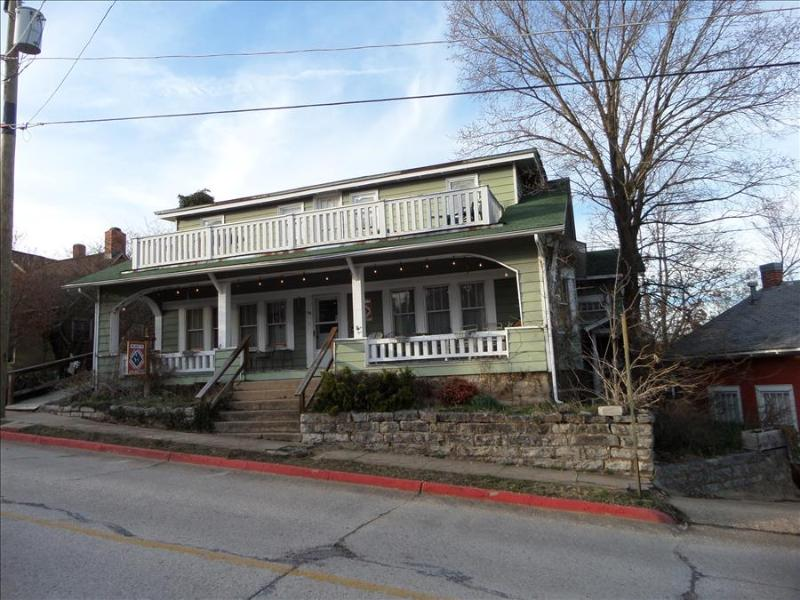 Sparky's Guest House, Large 5 bdrm on the Historic Loop - Amazing Porch - Image 1 - Eureka Springs - rentals