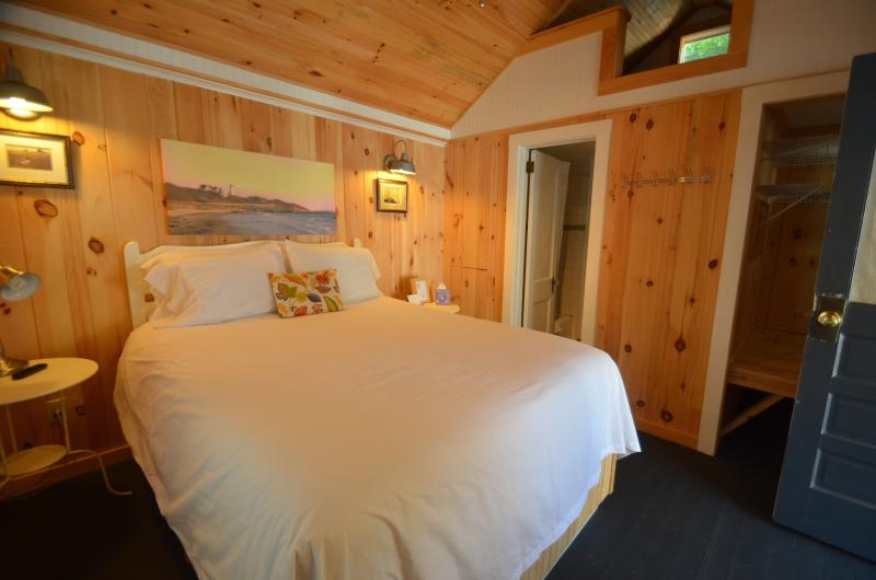 3 Cottages of this size with a King or Queen Bed (Add RollAway or Crib for 3rd Person) - Cottage for 2, Wolfeboro, near Lake Winnipesaukee - Wolfeboro - rentals
