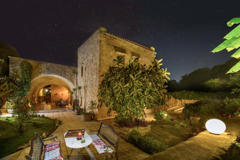 Romantic evenings under the starfull summer sky at the Villas garden with a bootle of wine. - Villa Svega - Crete - rentals