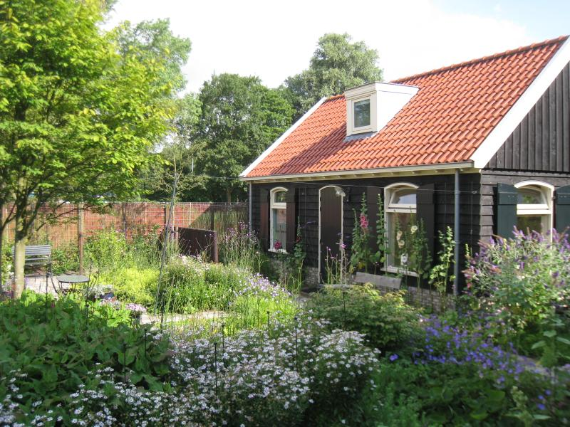 Quiet privacy:the left half is yours, the other  a storage/archive room. - Romantic quiet Garden house near Centre Amsterdam - Amsterdam - rentals