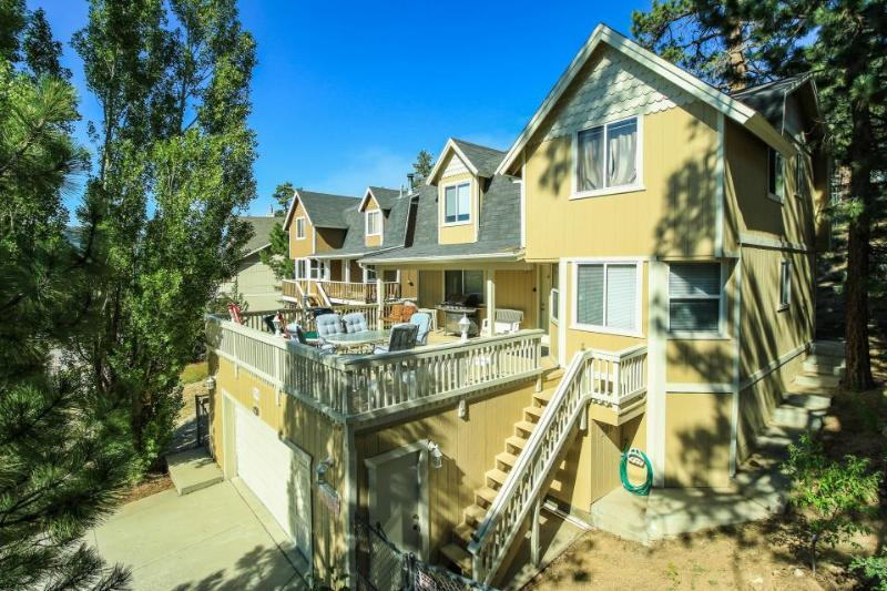 Gorgeous abode a short walk from the lake w/ a cozy wood fireplace & jetted tub - Image 1 - Big Bear Lake - rentals