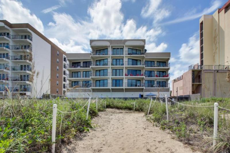 Oceanfront condo w/easy beach access, shared pool & hot tub! - Image 1 - South Padre Island - rentals