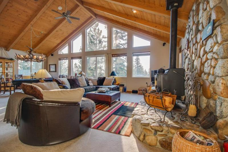 Wonderful grand mountain lodge with hot tub & game room - make family memories! - Image 1 - Mammoth Lakes - rentals