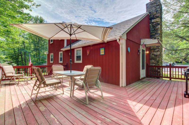 Cozy, dog-friendly Maine cottage with spacious deck and nearby beaches! - Image 1 - York - rentals