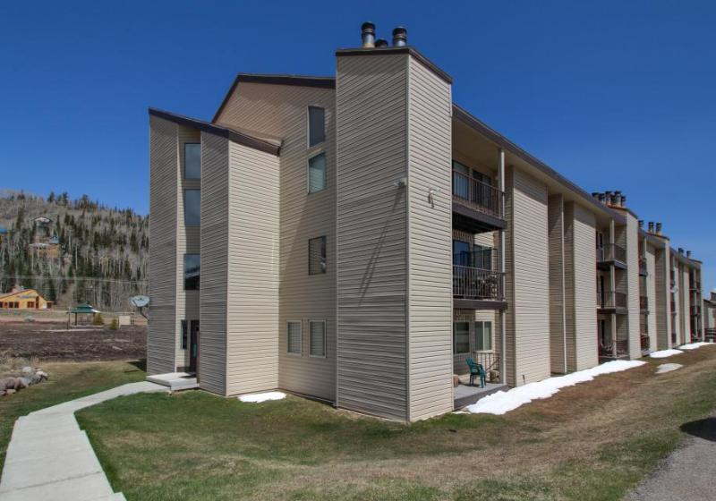 Cozy dog-friendly condo with ski-in/ski-out access & shared hot tub, sauna - Image 1 - Brian Head - rentals