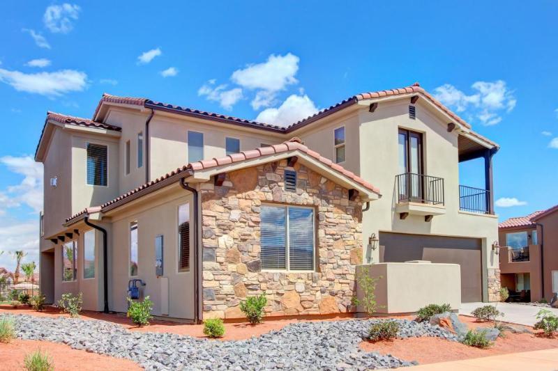 Beautiful home for 12 w/ access to resort pool & hot tub - Image 1 - Santa Clara - rentals