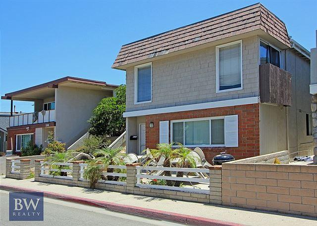 Spacious Upper Unit! 2 Houses From the Sand! (68185) - Image 1 - Newport Beach - rentals
