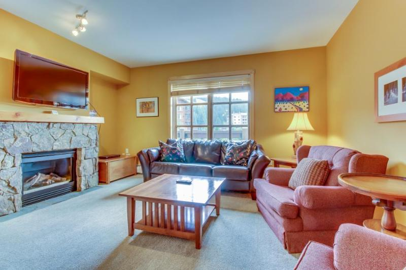 Luxurious corner condo with a shared pool and hot tubs, close to ski slopes! - Image 1 - Copper Mountain - rentals