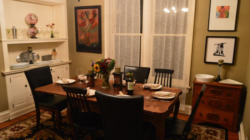 Formal Dining for Eight (1st Floor) - Teri's Chicago Guest House on Newport Avenue - Chicago - rentals