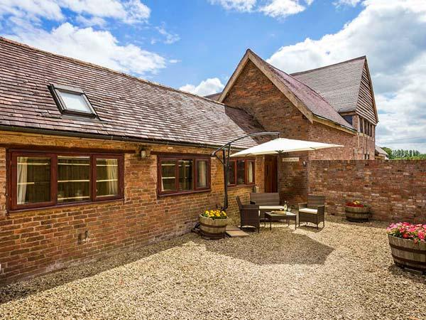 THE COW PEN, romantic, luxury holiday cottage, with a garden in - Image 1 - Stratford-upon-Avon - rentals