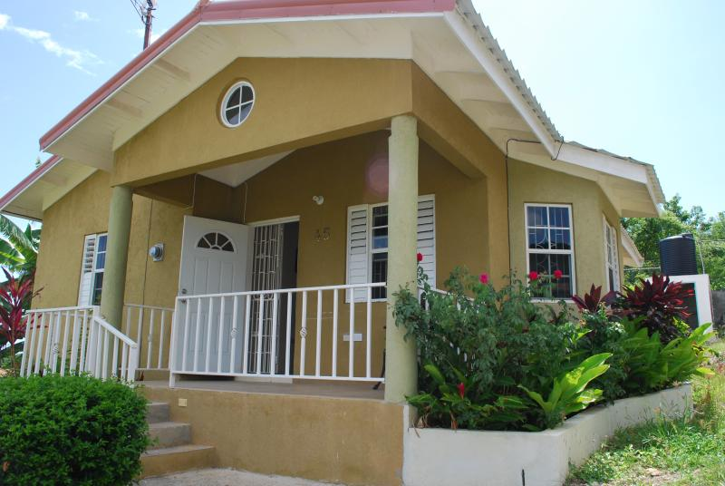 Palm View Villa inside the Emerald Estate Boscobel - Home From Home 15 mins from O/Rios free Wi/fi Awes - Ocho Rios - rentals