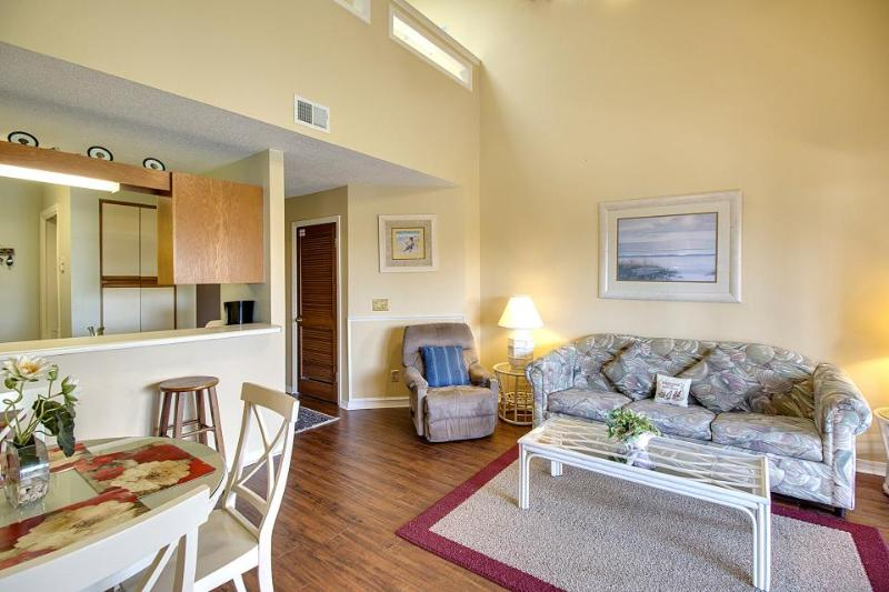 Cozy retreat close to beach, hosts shared pool and more! - Image 1 - Panama City Beach - rentals