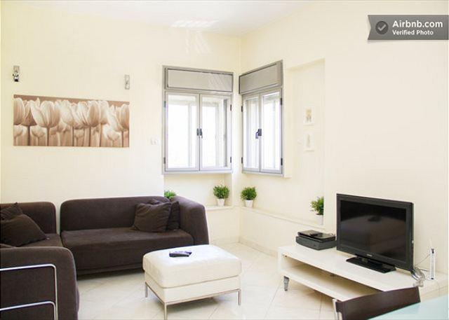 Living area - Jerusalem Rechavia 3 Bedroom Updated Modern Apartment - Jerusalem - rentals