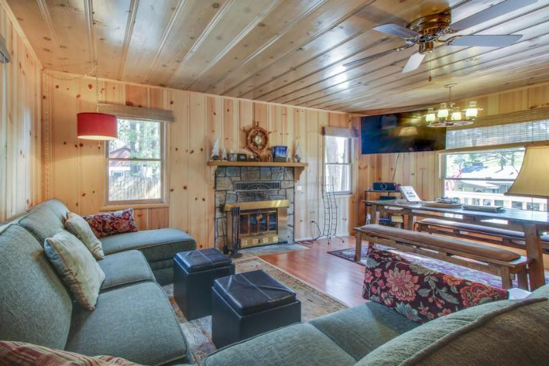 Cute cabin w/ private hot tub, less than a mile from Lake Tahoe! - Image 1 - South Lake Tahoe - rentals