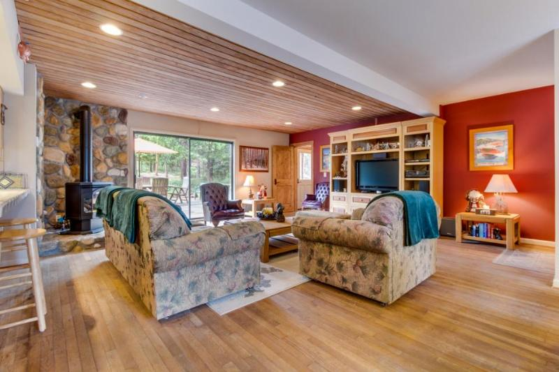 Spacious, dog-friendly retreat, right across the street from Lake Tahoe! - Image 1 - Carnelian Bay - rentals