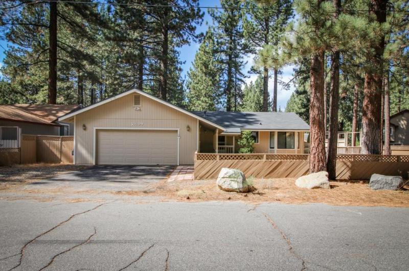 Comfy single-level, dog-friendly home w/ gas fireplace, near Heavenly - Image 1 - South Lake Tahoe - rentals