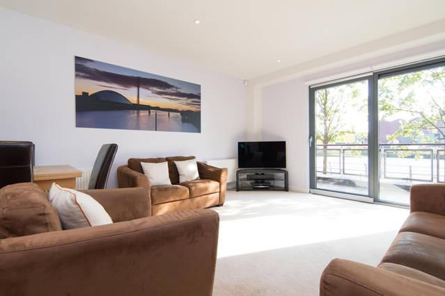 Spacious Lounge with a Samsung 46 inch SMART 3D TV and Orbitsound Bar and SKY TV - Luxury Riverside Apartment Glasgow West End - Glasgow - rentals