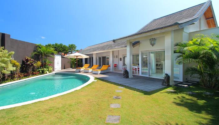 Garden space for your kids to play around while you do sunbathing or enjoy the pool - Friendly Tropical Villa Seminyak #1 - Seminyak - rentals